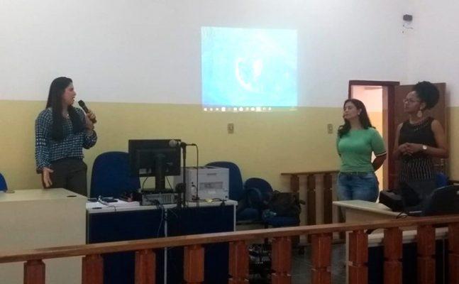 Barra: Comarca realiza pela primeira vez curso preparatório para pretendentes à adoção - Pessoa na sala de aula ministrando o curso
